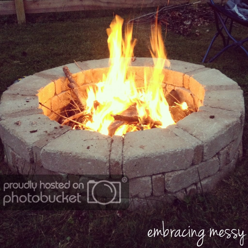 Embrasing Messy rounded stone fire pit